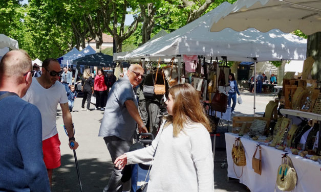 Un marché artisanal coloré et ensoleillé