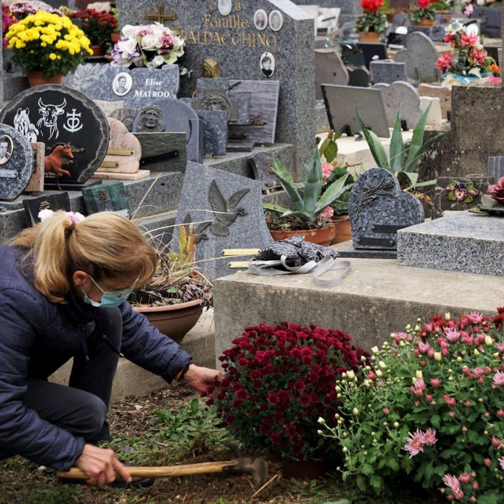 Fleurir une tombe