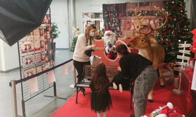 Le père Noël attend les enfants dans la galerie d'Intermarché