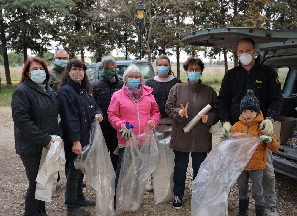 Distribution des sacs poubelles.