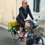 L'Europe à vélo pour défier le cancer du sein. Alexandra fait une halte à Vauvert.